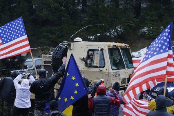 Americký konvoj vítajú v Harrachove.