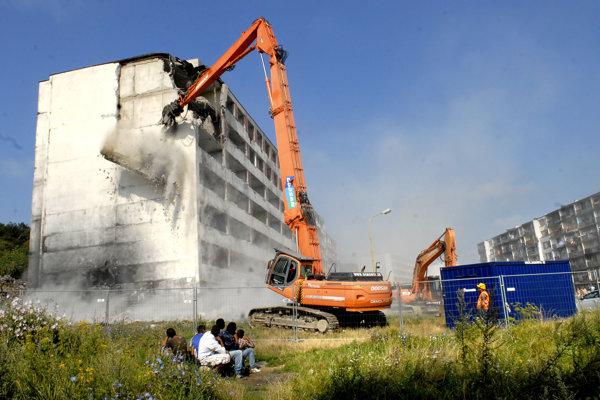 Jedna z demolácií paneláku v posledných rokoch.
