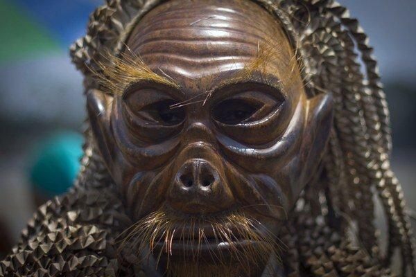 Na snímke domorodec z kmeňa Mah Meri s drevenou vyrezávanou maskou počas rituálu Pantai Púdža, pri ktorom sa modlia k duchom mora v Malajzii.
