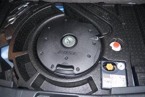 Subwoofer Bose pod podlahou v kufri.