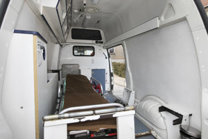 Jedna zo sanitiek určených na prevoz v košickej nemocnici.