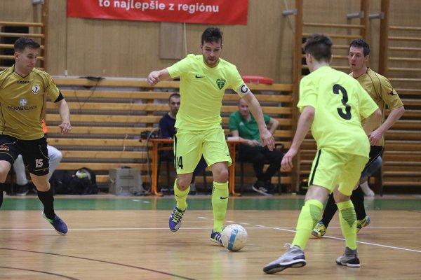 Kapitán MŠK Kamil Koleno (druhý zľava) gólovo pečatil domáci triumf nad Barabérmi.
