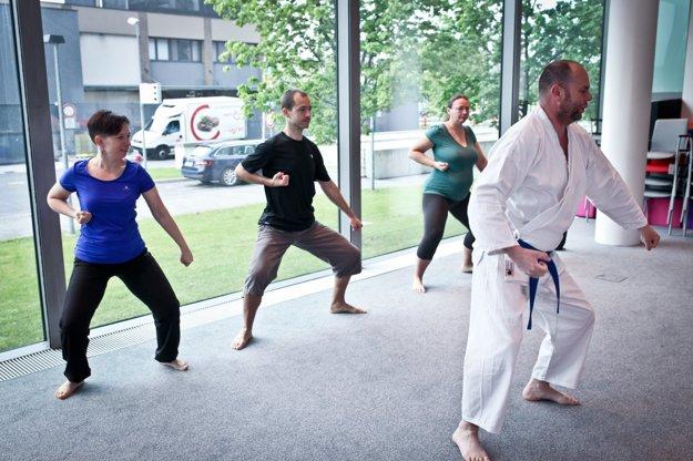 Pravidelné hodiny karate vedú inštruktori z radov zamestnancov.