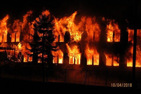 Horiaca budova školy.