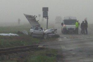 Vodič nerešpektoval signalizáciu, cez plnú čiaru predbehol dodávku, ktorá už stála pred priecestím a zrazil sa s vlakom.