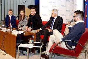 Ivan Korčok (druhý sprava) prišiel do Zvolena diskutovať o Únii.