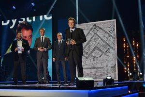 Michal Milata zo spoločnosti Primum pri preberaní ocenenia za Stavbu roka.