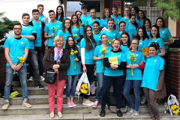 V Lučenci sú v uliciach mesta ako dobrovoľníci žiaci Strednej zdravotníckej školy.