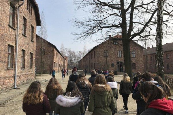 Žiaci zo ZŠ Sitnianska v bývalom koncentračnom tábore.