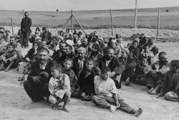 Rómovia vo vyhladzovacom tábore v Belzecu.