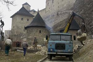 (2003) V sobotu 8. marca 2003 pracovníci Pamiatkostavu pomocou bagra a nákladných vozidiel odstraňovali trosky zrúteného opevnenia Trenčianskeho hradu. K pádu prvej časti opevnenia z 15. storočia došlo v noci na piatok. Hrad preto od rána pre návštevníkov uzavreli. V piatok po 17. hodine sa zrútila oveľa väčšia časť hradieb - múr vysoký viac ako 10 metrov a široký takmer 30 metrov. Dovedna spadlo takmer 500 kubických metrov muriva a zeminy, čo predstavuje asi 1100 ton materiálu.