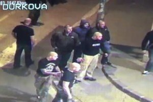 Útok neonacistov pred barom Mariatchi.