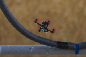 Lietajúci dron riadený navigáciou.