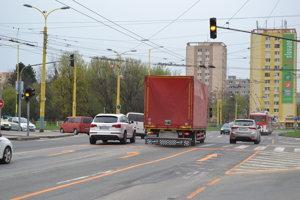 Vytvorený bol jazdný pruh, ktorý odteraz slúži pre priamy smer z ulice Obrancov mieru na ulicu Vlada Clementisa.