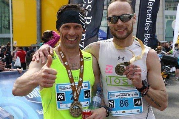 Zľava Andrej Páleník a Ján Červeň zabehli maratón v Bratislave pod tri hodiny.