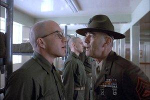 R. Lee Ermey ako seržant Hartman v slávnej úvodnej scéne filmu Olovená vesta.