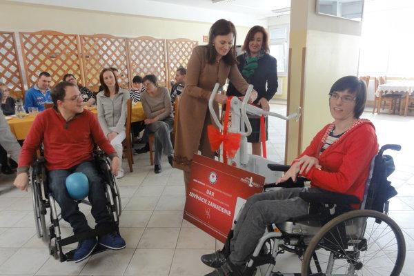 Od prezidentky Homo Nitriensis Margity Štefánikovej prístroj prevzala Anna Maťová, riaditeľka Správy zariadení sociálnych služieb (SZSS) v Nitre.