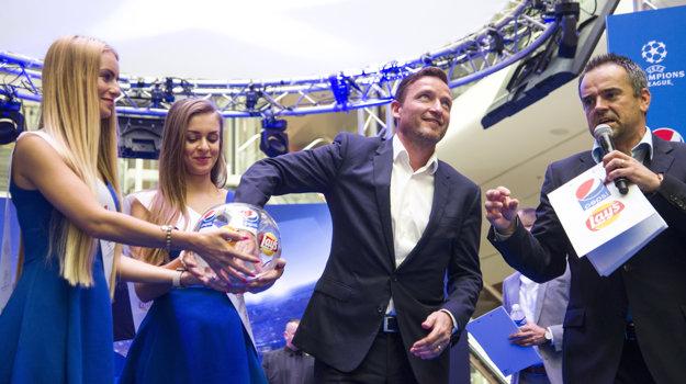 Uprostred bývalý československý futbalový reprezentant Vladimír Šmicer žrebuje víťaza dvoch lístkov na finálový zápas Ligy majstrov počas slávnostného predstavenia trofeje Ligy majstrov v Auparku.