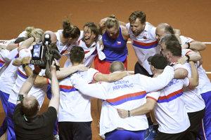 České tenistky sa radujú z postupu do finále.