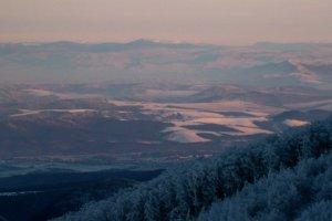 Detail výhľadu z Čiernej hory za Vihorlatom Polonina Runa a vpravo na horizonte Polonina Boržava.
