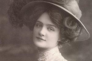 Lily Elsie (1886 – 1962) Jedna z najslávnejších  britských herečiek edwardovského obdobia. Preslávila sa predovšetkým ako predstaviteľka Hanny Glawariovej z operety Veselá vdova