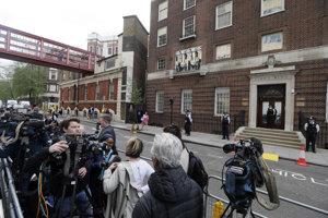 Novinári sú zhromaždení pred Nemocnicou Svätej Márie.