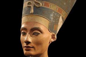 """Nefertiti (asi 1370 pr.n.l až 1330 pr.n.l.) Nefertiti bola hlavnou manželkou faraóna Achnatona. Jej meno v preklade znamená """"nádherná žena, ktorá prichádza"""". Nezvyčajná a jemná krása tejto ženy sa predpokladá na základe jej busty objavenej v roku 1912."""