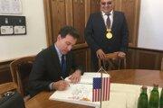 Veľvyslanec sa zapísal do pamätnej knihy mesta.