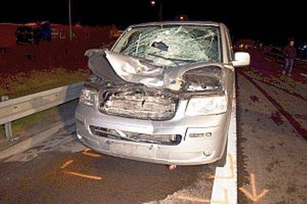 Auto zachytilo dvoch mladých ľudí.