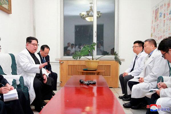 Severokórejský vodca Kim Čong-un na návšteve nemocnice.