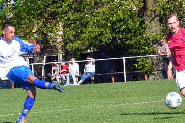 Lipovec si drží jarnú neporaziteľnosť, v Trebostove vyhral 2:0. Oba góly strelil Viktor Rác (na snímke vľavo).
