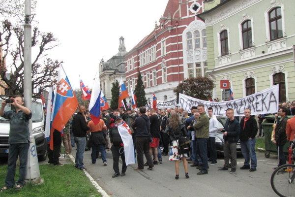 Zhromaždenie na podporu Mazureka sa konalo pod oknami dvoch škôl.