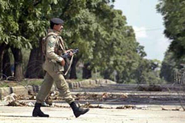Zásah proti militantom v Červenej mešite si včera v Pakistane vyžiadal desiatky mŕtvych – najmä z ich radov.