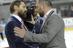 Zľava: Tréner HC ´05 iClinic Banská Bystrica Vladimír Országh a tréner HK Dukla Trenčín Peter Oremus.