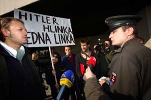 Lex Hlinka vzbudil emócie. Pred parlamentom proti jeho prijatiu protestovali občianski aktivisti.