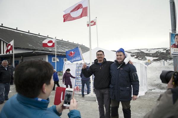 Kandidát strany Siumut Karl Kristian Kruse (vľavo) a líder strany Siumut a grónsky premiér Kim Kielsen pózujú počas regionálnych parlamentných volieb v grónskom hlavnom meste Nuuk.