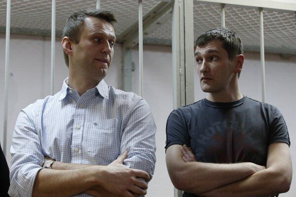 Ruský opozičný aktivista a kritik Kremľa Alexej Navaľnyj (vľavo) a jeho brat Oleg Navaľnyj stoja na súde v Moskve 30. decembra 2014.