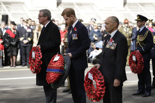 V Londýne si tzv. ANZAC Day položením venca k Wellingtonovmu oblúku uctil aj princ Harry a jeho nastávajúca Meghan Markleová.