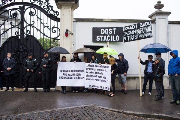 Aktivisti čakali pred bránami Prezidentského paláca.