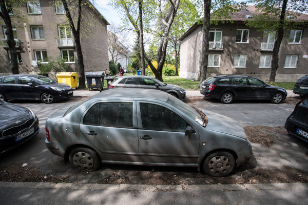 Opustený vrak auta na parkovisku na ulici Velehradská.