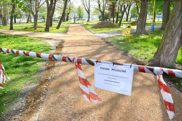 V parku na Drevnom trhu vynovujú chodníky, neskôr prídu na rad aj fontána či dreviny.