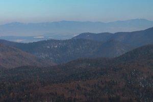Branisko a Bachureň na horizonte a v popredí zalesnené vrchy Slovenského raja.