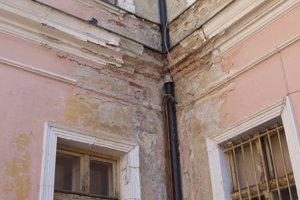 Fasáda - pohľad z dvora, ktorý je pred verejnosťou skrytý.
