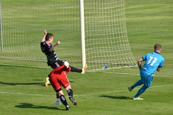 Dvadsaťročný Srb Miloš Ninkovič takto strelil jediný gól zápasu v Šali.