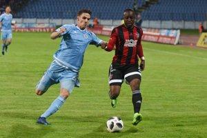 Futbalisti Slovana bojujú s Trnavou.