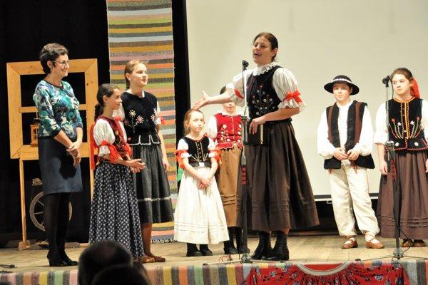 Daniela Žuffová (v strede) predstavuje Anne Beťkovej – Vičarovej (vľavo) vnúčatá apravnúčatá prvého súboru vdedine.