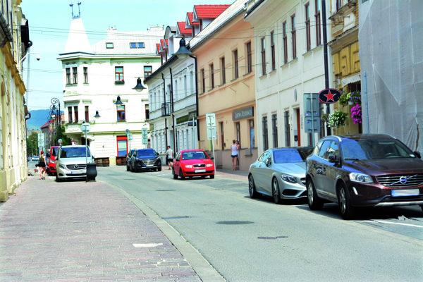 Na tomto krátkom úseku Kováčskej ulice je až 26 vyhradených parkovacích miest pre rôzne subjekty. Tamojší obyvatelia na ňom nemajú možnosť zaparkovať tam aspoň na chvíľu, aby vyložili nákupy, či deti a starších ľudí.