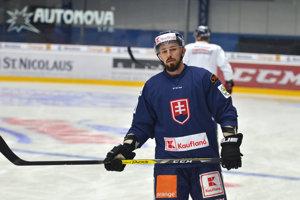 Hokejista Patrik Svitana počas tréningu slovenskej hokejovej reprezentácie na zimnom štadióne v Poprade.