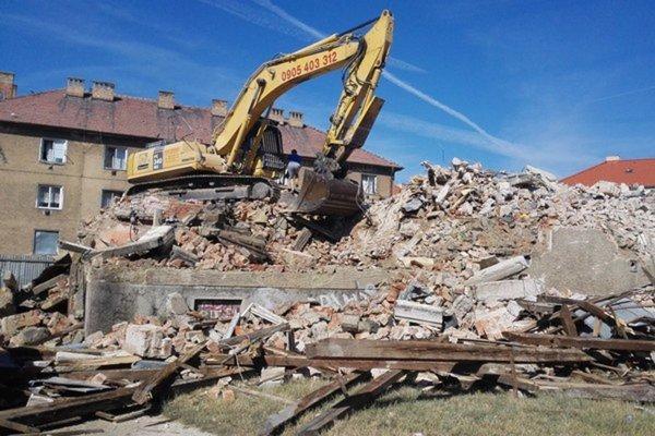 13. júla 2015 začala dodávateľská firma búracie práce na bytovom dome na Nábrežnej ulici číslo 207.