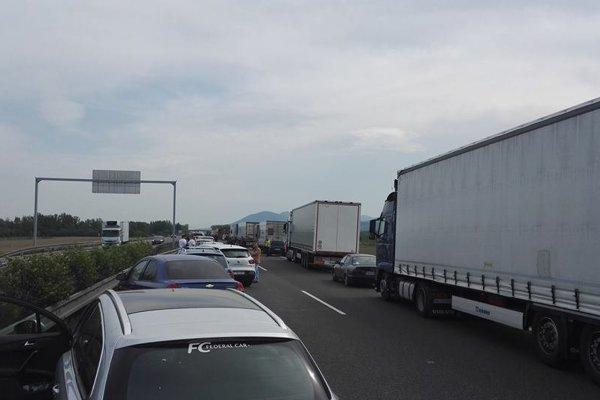 Autá na diaľnici D1 zostali stáť.